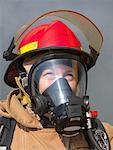 Portrait de pompier à travers la fumée