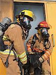 Pompiers transportant Dummy en batiment Smoky