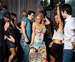 Menschen tanzen im Tanzclub
