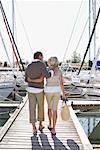 Couple sur le quai du port de plaisance