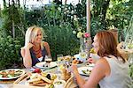 Femmes de manger en plein air