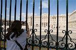 Femme prise de photo du Palacio Real, Madrid, Espagne