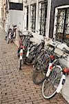 Fahrräder gegen Gebäude geparkt
