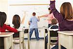 Élèves et enseignants en salle de classe