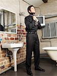 Homme attachant cravate