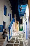 Homme assis sur les marches, la ville de Mykonos, Mykonos, Grèce