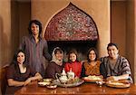 Porträt der Familie am Tisch