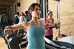 Menschen, die im Fitness-Studio trainieren