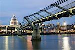 Millenium Bridge Over, rivière Thames, Londres, Angleterre