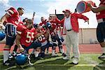 Fußball-Spieler gießen Wasser über Trainer