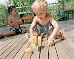 Garçons jouant avec des blocs