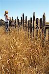 Femme se tenant près des clôtures, côte de Mendocino, en Californie, USA