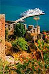 Vue angle élevé un fort avec un bateau de croisière amarré près de la jetée, Alanya, Turquie