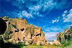 Vue d'angle faible d'une grotte logement Zelve vallée, Cappadoce, Turquie