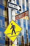Nahaufnahme der Informationstafeln auf eine Stange, Manhattan, New York City, New York State, USA