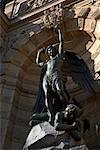 Statues sur le bâtiment, Paris, France