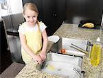 Little Girl laver la vaisselle