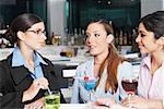 Gros plan de trois femmes d'affaires dans un bar