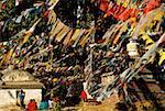Groupe de personnes assises dans la prière les drapeaux, Monkey Temple, Katmandou, Népal