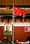 Drapeau flottant en face d'un bâtiment, Tiananmen porte de la paix céleste, place Tiananmen, Pékin, Chine