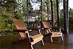 Chaises Adirondack sur quai, Chesterman Beach, Tofino, Colombie-Britannique, Canada