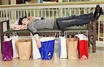 Jugendlicher auf Handy Mall