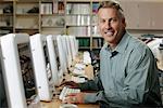 Porträt des Mannes im Computerraum