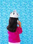 Petite fille en utilisant des téléphones cellulaires