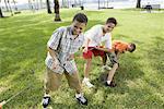 Trois garçons en tirant fort sur une remorqueur de la guerre