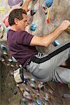 Homme dans la salle de Gym d'escalade