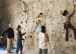 Gens dans la salle de Gym d'escalade