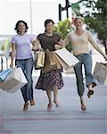 Trois femmes portant des sacs à provisions