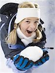 Portrait d'une jeune fille tenant une boule de neige