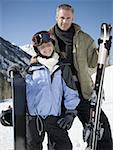 Porträt von einem Vater und seiner Tochter in Skikleidung