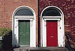 Zwei farbige Türen auf der Vorderseite eines Gebäudes