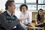 Quatre employés de bureau ayant une réunion décontractée
