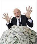 Portrait d'un homme d'affaires avec un tas de billets d'un dollar américain en face de lui