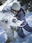 Vue grand angle sur un jeune couple jouant dans la neige