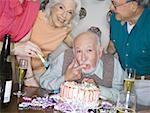 Porträt einer Gruppe von ältere Leute feiert Geburtstag