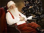 Gros plan du père Noël, dormir sur une chaise