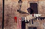 Vue d'angle faible de vêtements suspendus sur une corde à linge