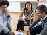 Trois employés de bureau ayant une réunion
