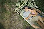Erhöhte Ansicht eines jungen Paares in einer Hängematte schlafen