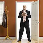 Porcelet de holding homme d'affaires à la maison