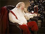 Gros plan du père Noël avec un mal de tête