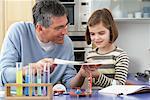 Vater helfende Tochter bei den Hausaufgaben