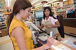 Femme au caissier de supermarché