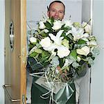 Livreur avec un bouquet de fleurs, sourire, portrait