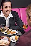 Mitte erwachsener Mann und eine junge Frau sitzt an einem Tisch in einem restaurant