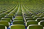 Sièges dans une rangée à l'intérieur d'un stade vide
